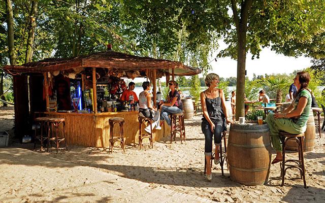 Beachbar Lambsheim fröhliche Menschen