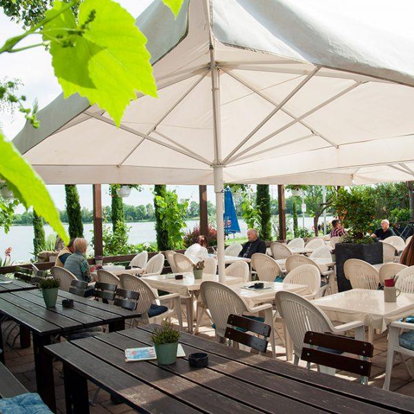 """Gasthaus am See """"Fischerhütte"""" Terrasse mit Blick auf Lambsheimer Weiher"""